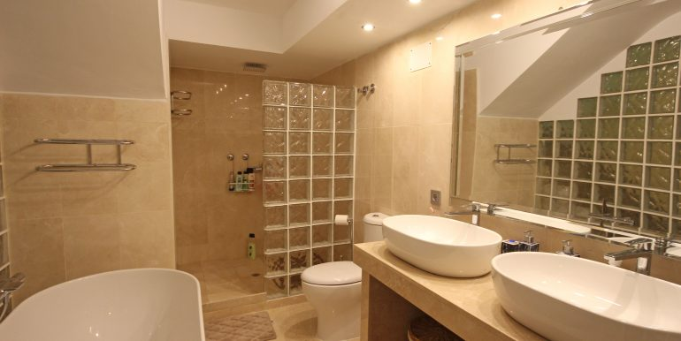 REF 00565 Bathroom basement