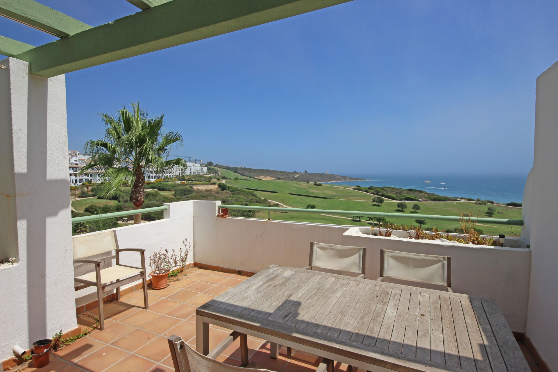 Beautiful 2 bedroom apartment with a stunning view!