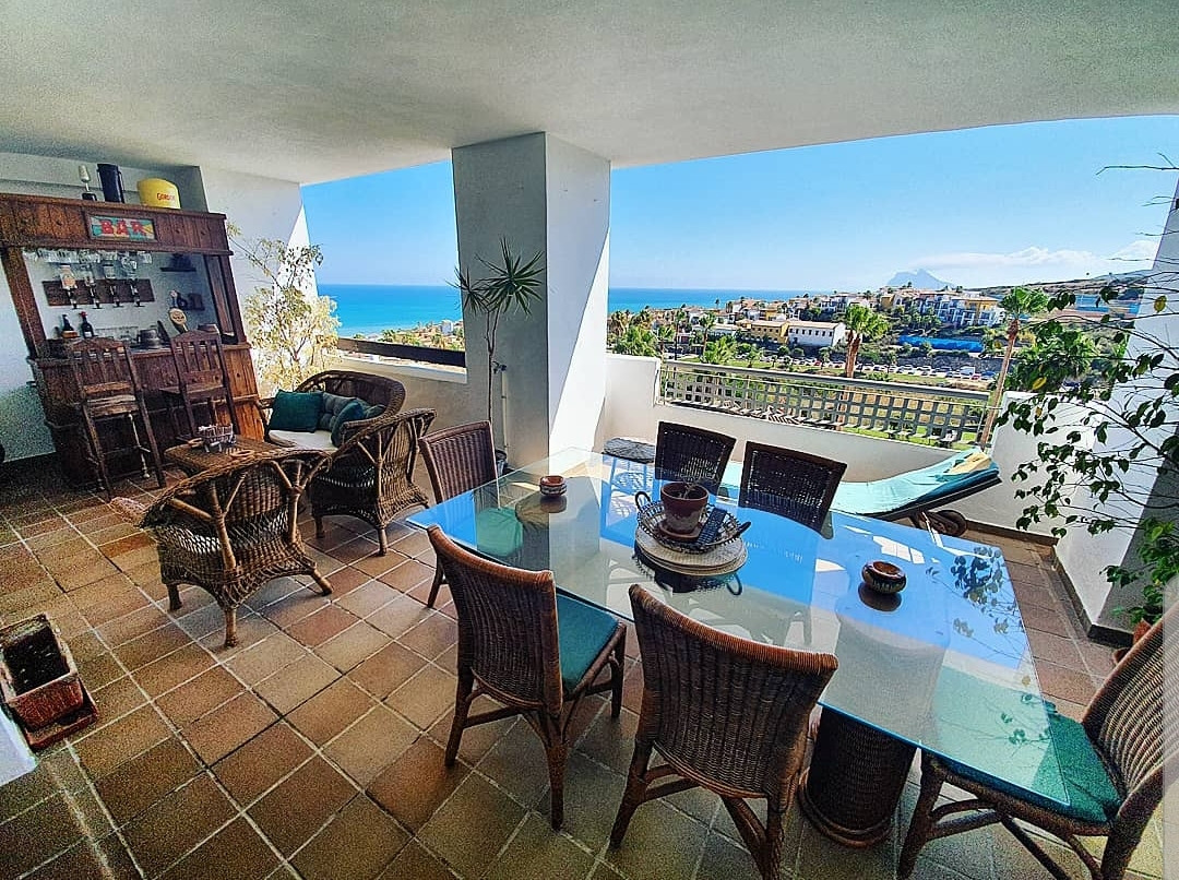 Great apartment in Alcaidesa Village with spectacular seaviews at the front and back!