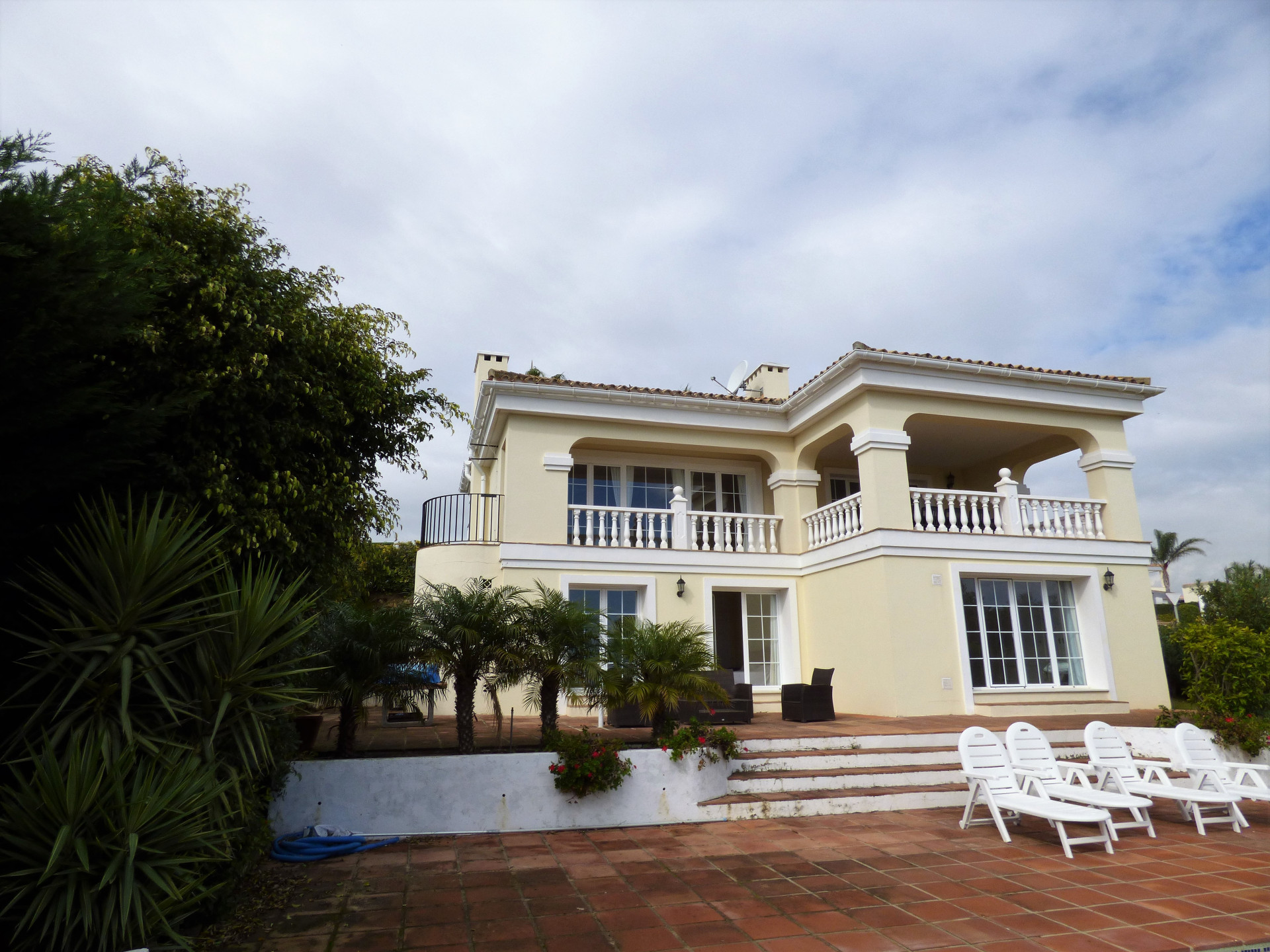 Lovely villa with four bedrooms private swimming pool and beautiful views of the sea