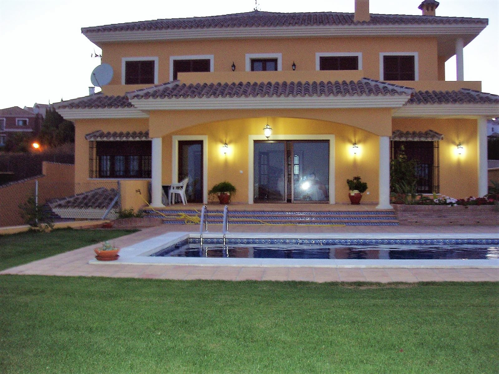 Lovely villa with 4 bedrooms, private garden-swimming pool and views of the sea!